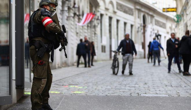 Ένας στρατιωτικός στη σκηνή του εγκλήματος της τρομοκρατικής ενέργειας, κοντά σε συναγωγή στη Βιέννη, 4 Νοεμβρίου 2020.