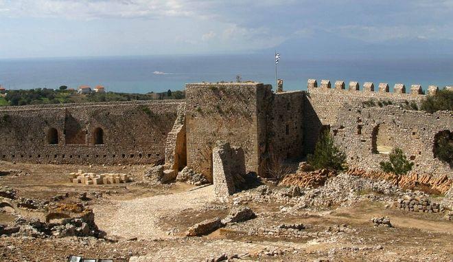 Κάστρο Χλεμούτσι στην Ηλεια. Εξωτερικός περίβολος. Γενική άποψη με θέα προς το Ιόνιο