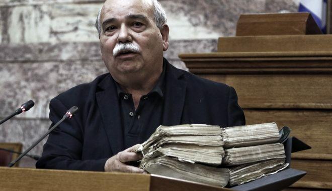 Ο πρόεδρος της Βουλής Νικόλαος Βούτσης κάνει ανακοινώσεις σε συνέντευξη τύπου για το πρωτότυπο αρχειακό υλικό που ανακαλύφθηκε κατά τη διάρκεια τεχνικών εργασιών σε χώρο της Βουλής, την Τετάρτη 15 Νοεμβρίου 2017, στην αίθουσα Γερουσίας του κοινοβουλίου.  Το πρωτότυπο αρχειακό υλικό ανακαλύφθηκε κατά τη διάρκεια τεχνικών εργασιών σε χώρο της Βουλής, τον οποίο προφανώς ουδείς είχε επισκεφθεί εδώ και πολλές δεκαετίες. Περιλαμβάνει περισσότερα από 1.000 πρωτότυπα έγγραφα τοποθετημένα μέσα σε 140 κιβώτια. Μετά από μία πρώτη φυλλομέτρηση των περιεχομένων, φαίνεται ότι πρόκειται για αρχεία, από τα οποία το παλαιότερο χρονολογείται το 1897 και το νεότερο το 1977. Περίπου τα μισά από τα τεκμήρια, τα οποία έχουν καταγραφεί, περιέχουν υλικό του Υπουργικού Συμβουλίου που λειτουργούσε κατά τη διάρκεια της επτάχρονης δικτατορίας (1967-1974), περίοδο κατά την οποία δεν υφίστατο λαϊκή εκπροσώπηση και Βουλή. Τα θέματα της χώρας ρυθμίζονταν με Προεδρικά Διατάγματα και Υπουργικές Αποφάσεις. (EUROKINISSI/ΓΙΩΡΓΟΣ ΚΟΝΤΑΡΙΝΗΣ)