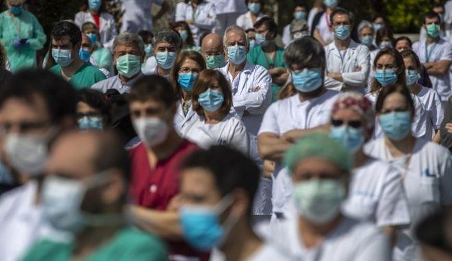 Γιατροί στη Μαδρίτη. Ενός λεπτού σιγή για τον Joaquin Diaz, διευθυντή του νοσοκομείου, που έχασε τη ζωή του από κορονοϊό