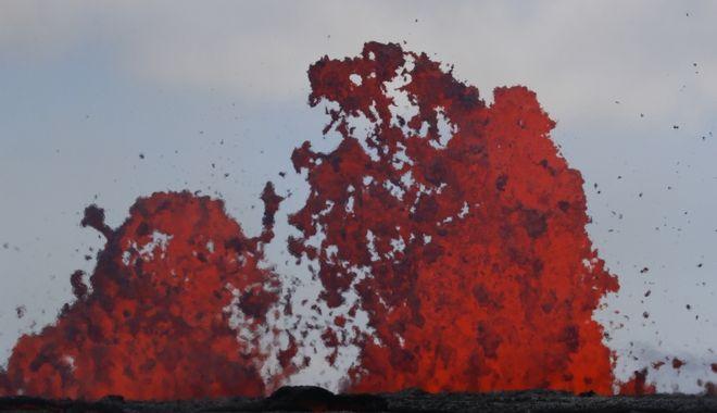 Λάβα πετάγεται από κρατήρες στο ηφαίστειο Κιλαουέα