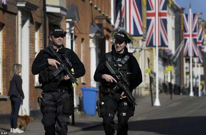Οι Ειδικές Δυνάμεις ελέγχουν όλη την περιοχή για τυχόν κινδύνους