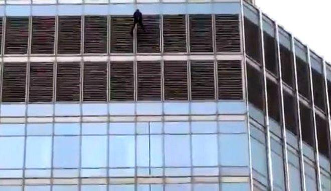"""ΗΠΑ: Άντρας απειλεί να πηδήξει από τον """"Trump Tower"""" αν δεν μιλήσει με τον Αμερικανό πρόεδρο"""