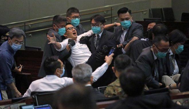 Διαδηλωτές εισέβαλαν στο Κοινοβούλιο του Χονγκ Κονγκ και πιάστηκαν στα χέρια με βουλευτές