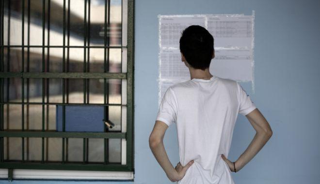 Υποψήφιος κοιτάζει τις βάσεις εισαγωγής στις σχολές της τριτοβάθμιας εκπαίδευσης (φωτογραφία αρχείου) (EUROKINISSI/ΣΤΕΛΙΟΣ ΜΙΣΙΝΑΣ)