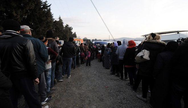 Στιγμιότυπα καθώς έρχεται το βράδυ στον καταυλισμό μεταναστών και προσφύγων της Ειδομένης.Περίπου 10.000 άνθρωποι βρίσκονται εδώ,περιμένοντας να περάσουν τα σύνορα μεταξύ Ελλάδας-ΠΓΔΜ για την κεντρική Ευρώπη,Τετάρτη 2 Μαρτίου 2016 (EUROKINISSI/ΤΑΤΙΑΝΑ ΜΠΟΛΑΡΗ)