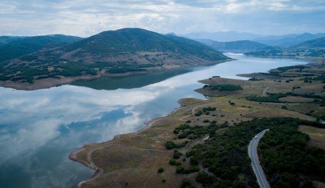 Η τεχνητή λίμνη Σμοκοβού στην Καρδίτσα έχει αλλάξει άρδην το τοπίο της περιοχής, από όπου περνά η νέα Εθνικής Οδός Ε65