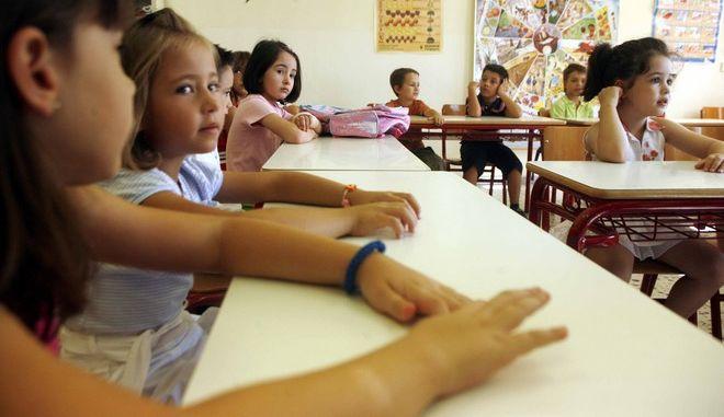Πρώτη ημέρα στα Σχολεία,μαθήτριες στην αίθουσα σε στιγμιότυπο απο το 2ο Δημοτικό Σχολείο Παιανίας,σήμερα 11 Σεπτεβρίου 2008     ( EUROKINISSI / ΧΑΣΙΑΛΗΣ ΒΑΪΟΣ )