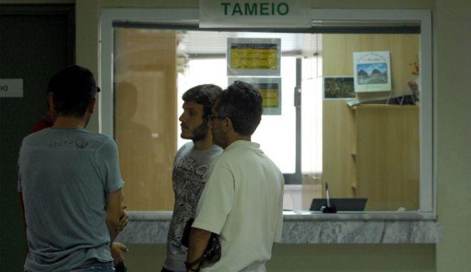 ΤΡΙΚΑΛ Α - ΕΝΟΠΛΗ ΛΗΣΤΕΙΑ ΣΤΟ ΥΠΟΚΑΤΑΣΤΗΜΑ ΤΟΥ ΙΚΑ  Δυο  κουκουλοφόροι εισέβαλαν στο κτίριο του ΙΚΑ στα Τρίκαλα το μεσημέρι της Πέμπτης 14 Ιουνίου 2012 και με την απειλή καλάσνικοφ πήραν ότι χρήματα υπήρχαν στο ταμείο (15.000 - 20.000 ευρώ σύμφωνα με εκτιμήσεις υπαλλήλων).  Η ληστεία (στον 3ο όροφο του κτιρίου) σημειώθηκε όταν στο κτίριο βρίσκονταν όλοι οι υπάλληλοι και πολλοί ασφαλισμένοι οι οποίοι περίμεναν είτε να εξεταστούν, είτε να τακτοποιήσουν εκκρεμότητες τους. Σύμφωνα με πληροφορίες οι δράστες ανέβηκαν με γρήγορο βήμα μέχρι το ταμείο, έβαλαν τις κουκούλες στην είσοδο του ορόφου και ο ένας απείλησε τον ταμία και ο άλλος τους υπόλοιπους υπαλλήλους. Φεύγοντας έβγαλαν τις... κουκούλες, χαιρέτησαν κόσμο που περίμενε και έφυγαν. (EUROKINISSI/ΘΑΝΑΣΗΣ ΚΑΛΛΙΑΡΑΣ)