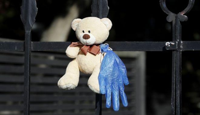 Κορονοϊός στη Νέα Ζηλανδία: Ένα αρκουδάκι στα κάγκελα διαμερίσματος