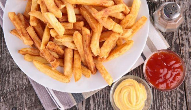 Ένα πιάτο πατάτες τηγανητές