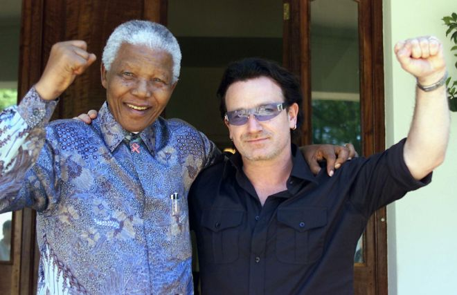 Irish rock star Bono (R) and Former South African President Nelson Mandela pose after they met at Mandela's resident at Houghton in Johannesburg May 25, 2002. U.S.Treasury Secretary Paul O'Neill and Bono are on a three-day visit to South Africa during a four nation African tour.      PP03070060 REUTERS/Juda Ngwenya  JN/AA - RTR5MLS