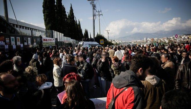 Μαθητές και καθηγητές διαμαρτύρονται στο υπουργείο Παιδείας