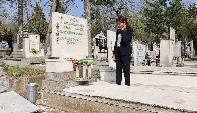 Στον τάφο του Αλέξη Ζορμπά η Μπέττυ Μπαζιάνα