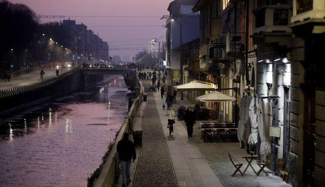 Άδειο μπαρ και παμπ στο κανάλι Naviglio Grande στο Μιλάνο