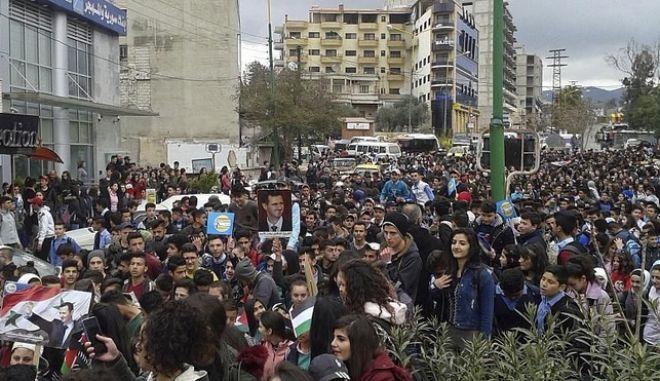 Eκατοντάδες Σύροι διαδήλωσαν στη πόλη Σβείντα, ζητώντας καλύτερες συνθήκες ζωής