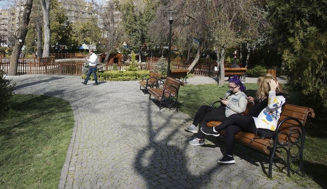 H απαγόρευση κυκλοφορίας στην Τουρκία ισχύει μόνον για τους πολίτες άνω των 65 ετών, που ανήκουν στις ευπαθείς ομάδας. Οι υπόλοιποι καλούνται να λάβουν προληπτικά μέτρα σε εθελοντική βάση... (AP Photo/Burhan Ozbilici)