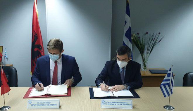 Ο υφυπουργός Προστασίας του Πολίτη, Ε. Οικονόμου, υπέγραψε με τον υφυπουργό Εσ. της Αλβανίας, Julian Hodaj, Συμφωνία για την ίδρυση και λειτουργία Κέντρου Επαφής, στην Κακαβιά, 18 Ιανουαρίου 2021.