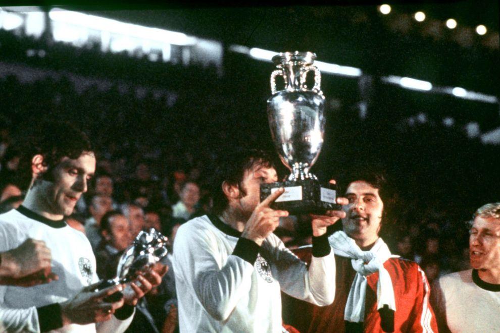 Οι παίκτες της Τσεχοσλοβακίας στην απονομή του τροπαίου στο Euro του 1976, φορώντας όλοι τις φανέλες των αντιπάλων τους, Δυτικογερμανών. Ο Αντονίν Πανένκα φιλάει το Κύπελλο (20/6/1976).