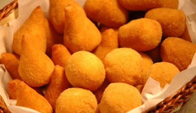 Coxinhas – τηγανητοί λουκουμάδες γεμιστοί με κοτόπουλο και κρεμώδες τυρί