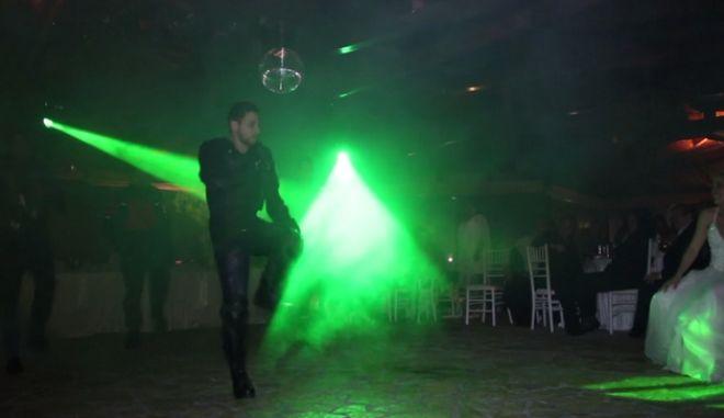 Ντύθηκε Ρακιντζής και τραγούδησε το S.A.G.A.P.O. στη νύφη