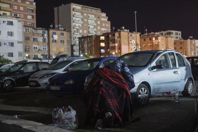 Γυναίκα που έχασε το σπίτι της από το φονικό σεισμό στην Αλβανία