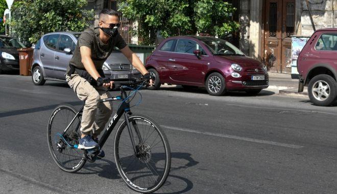 Άνδρας με μάσκα σε ποδήλατο στον Πειραιά