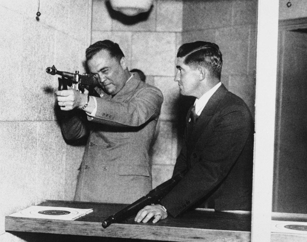 Ο Τζέι Έντγκαρ Χούβερ δείχνει στον μάνατζερ των Detroit Tigers, Μίκι Κόχραν, τη χρήση του οπλοπολυβόλου (2/9/1935).