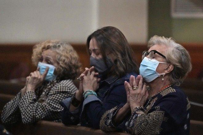 Άνθρωποι προσεύχονται για τους αγνοούμενους από την κατάρρευση του κτιρίου στο Μαϊάμι