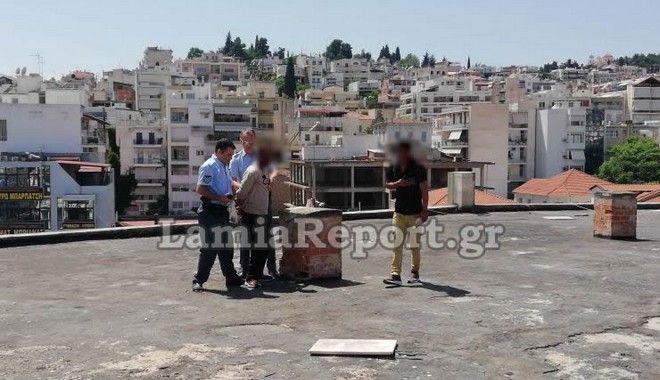 Σκηνή από την επιχείρηση διάσωσης του άνδρα που ήθελε να αυτοκτονήσει στη Λαμία