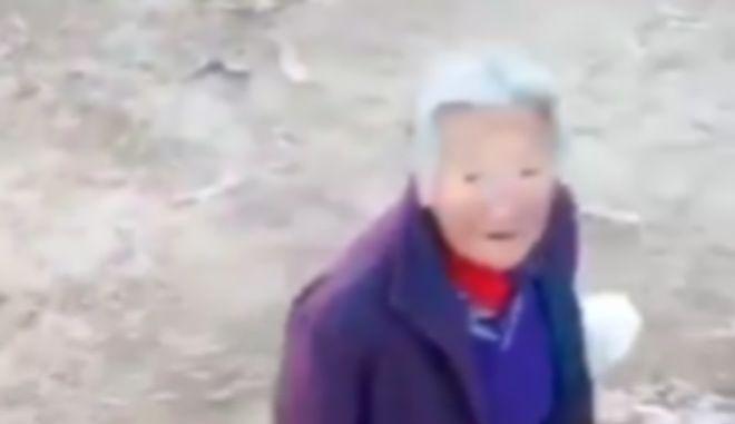 Drone στην Κίνα επιπλήττει ηλικιωμένη που δεν φοράει μάσκα για τον κοροναϊό