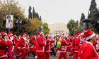 Δρομείς του Santa Run στην πλατεία Συντάγματος