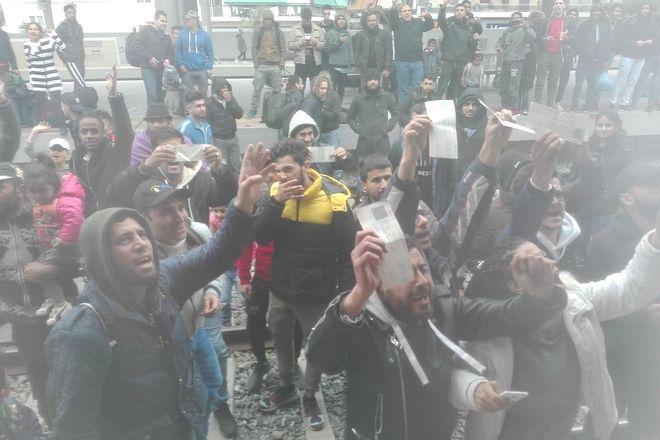 Κατάληψη από πρόσφυγες στον Σταθμό Λαρίσης