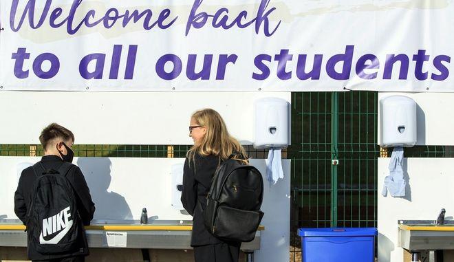 Μαθητές σε σχολείο της Μεγάλης Βρετανίας, η οποία έληξε νωρίς την καραντίνα