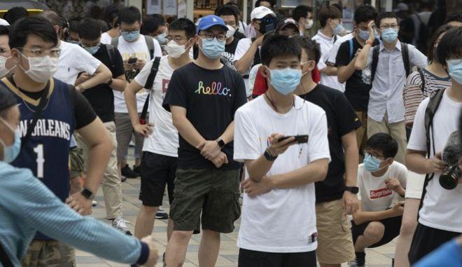 Oι νέοι της Κίνας αντιδρούν στην εργασιακή εξόντωση που τους αποφέρει πενιχρές απολαβές, με το κίνημα που έγινε γνωστό ως 'μένω ξαπλωμένος'.