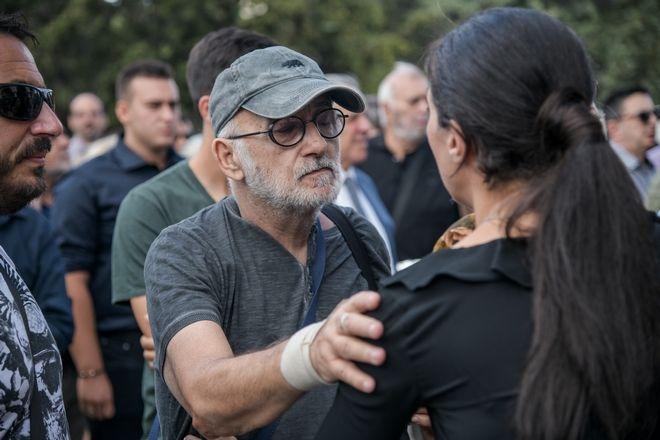 Θάνος Μικρούτσικος στην κηδεία Λαυρέντη Μαχαιρίτσα