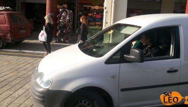 Δημοτικός αστυνομικός ο Μπουτάρης: Αντί για κλήσεις μοιράζει αυτοκόλλητα