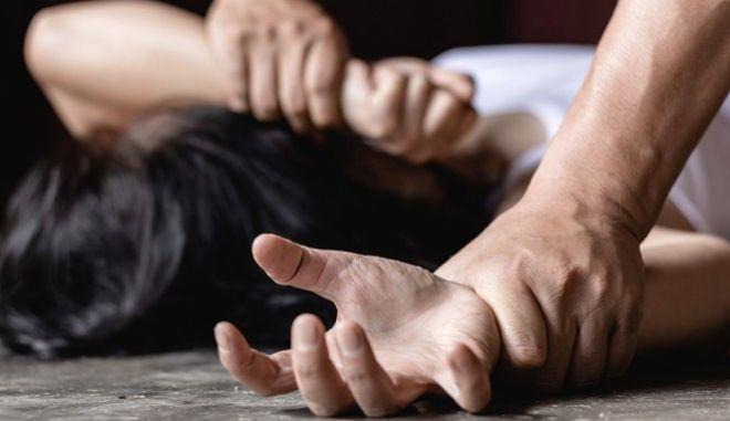 Η σωματική βία τυποποιείται στον Ποινικό Κώδικα, στο άρθρο 330 και δύναται να διακριθεί σε απόλυτη βία ως άμεσο καταναγκασμό της συμπεριφοράς, η σωματική επενέργεια στο θύμα, κατά τρόπο απόλυτο, με αδυναμία σχηματισμού βούλησής του και σε ψυχολογική βία.