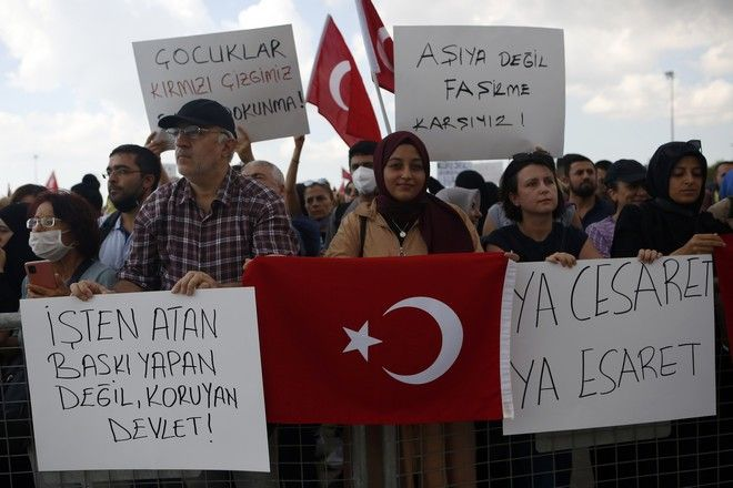 Τούρκοι διαδηλωτές κατά του εμβολιασμού και των υποχρεωτικών μέτρων