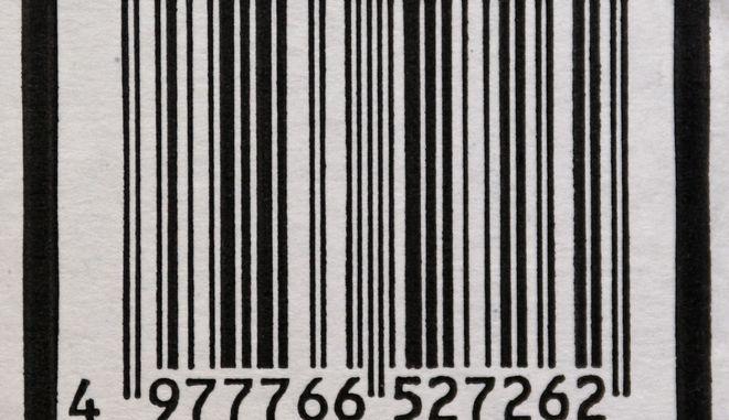 Der Barcode auf der Verpackung eines Proukts, gesehen am Freitag, 13. Juli 2007,  in Stuttgart. Den Anfang machte damals eine Gewuerzmischung der Wuppertaler Firma Gebrueder Wichartz, heute nutzen in Deutschland rund 130.000 Unternehmen diese Technologie fuer ihre Waren: Vor 30 Jahren, im Juli 1977, wurde nach langer Diskussion hier zu Lande und zunaechst in elf weiteren europaeischen Staaten ein einheitlicher Strichcode fuer Waren eingefuehrt, der das Wirtschaftsleben und das Einkaufen fuer Verbraucher nachhaltig veraendern sollte. Denn bis dahin musste jeder Artikel einzeln ausgezeichnet und der Preis von Hand in die Kasse getippt werden. (AP Photo/Thomas Kienzle) ** zu unserem KORR. ** --- A barcode is seen on the package of a product in Stuttgart, southwestern Germany, Friday, July 13, 2007. (AP Photo/Thomas Kienzle)