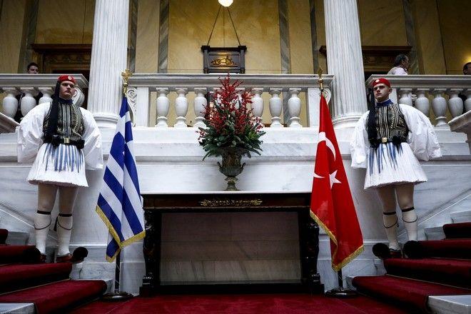Εύζωνες της Προεδρικής Φρουράς στο Προεδρικό Μέγαρο κατα την συνάντηση του Προέδρου της Δημοκρατίας Προκόπη Παυλόπουλου με τον Πρόεδρο της Τουρκίας Ρετζέπ Ταγίπ Ερντογάν την Πέμπτη 7 Δεκεμβρίου 2017. (EUROKINISSI/ΓΙΩΡΓΟΣ ΚΟΝΤΑΡΙΝΗΣ)