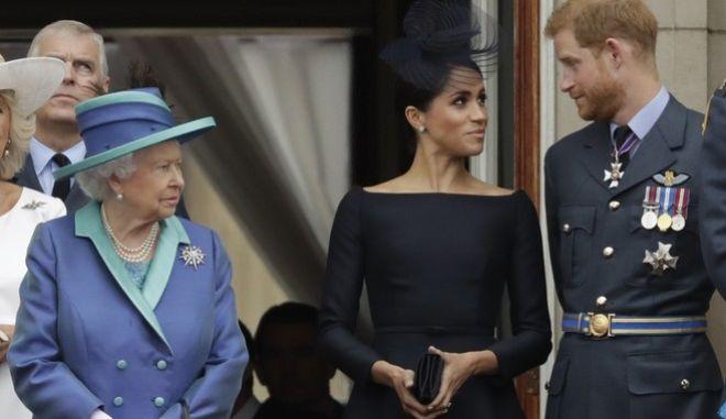Η βασίλισσα Ελισάβετ, ο δούκας και η δούκισσα του Σάσεξ Χάρι και Μέγκαν Μαρκλ