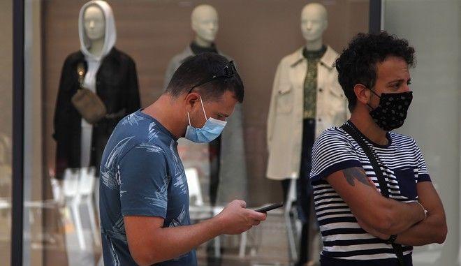 Άνθρωποι φορούν μάσκα στην Κύπρο