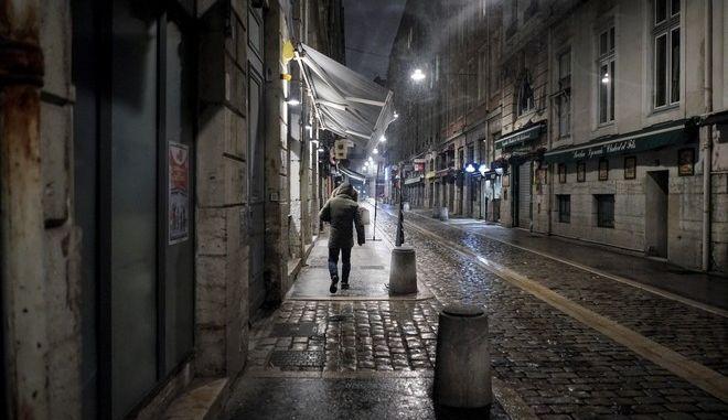 Άνδρας περπατάει στην άδεια Γαλλία