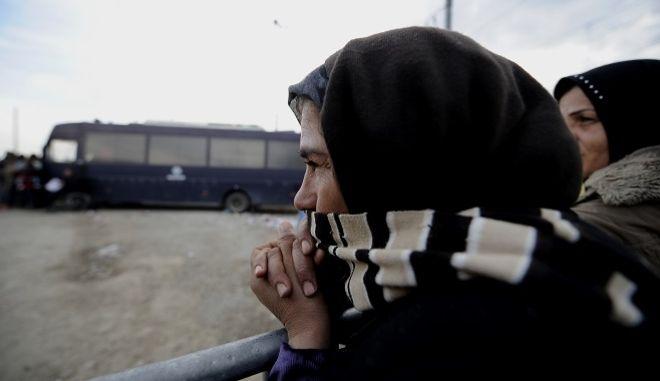 Η σιδηροδρομική γραμμή στην ουδέτερη ζώνη των συνόρων Ελλάδας-ΠΓΔΜ άνοιξε αργά το απόγευμα.Η διέλευση των μεταναστών και των προσφύγων συνεχίζεται αργά,αλλά σταθερά.Όσοι δεν περάσουν απόψε θα περιμένουν την αυριανή ημέρα.Αυτήν την ώρα ξεκινούν οι ετοιμασίες για μια ακόμη νύχτα στον καταυλισμό της Ειδομένης ,Πέμπτη 3 μαρτίου 2016 (EUROKINISSI/ΤΑΤΙΑΝΑ ΜΠΟΛΑΡΗ)