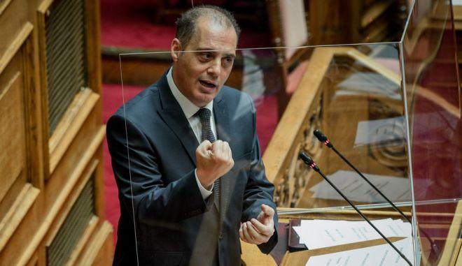 Ο Κυριάκος Βελόπουλος πίσω από το πλεξιγκλάς
