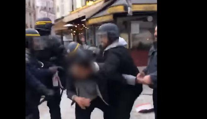 Συνεργάτης του Μακρόν εμφανίζεται να χτυπάει διαδηλωτή