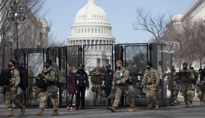 Μέλη της Εθνοφρουράς έξω από το Καπιτώλιο