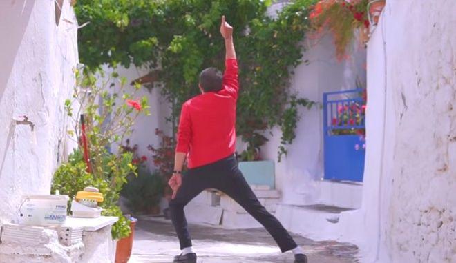 Τι γυρεύει ο... Μάικλ Τζάκσον στην Κρήτη καλοκαιριάτικα;