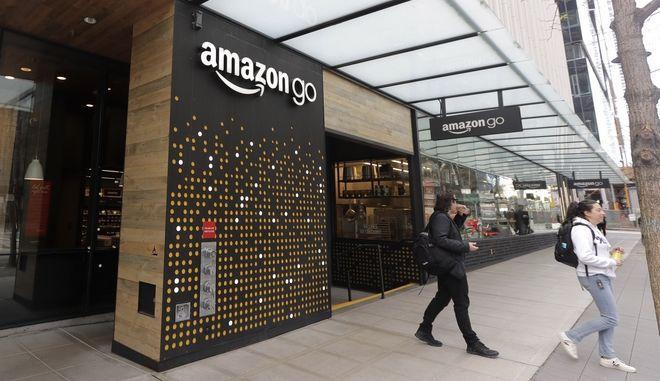 Κόσμος έξω από κατάστημα Amazon